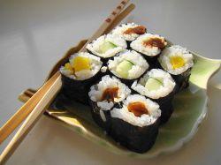 800px-Maki_Sushi_Lunch_on_green_leaf_plate
