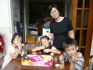 妈妈带着老二、老三、老四烘制蛋糕作为周末早点,其乐无穷。